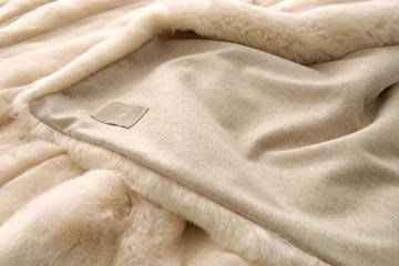 felldecken mit r cken aus wolle kaufen sie online bei. Black Bedroom Furniture Sets. Home Design Ideas