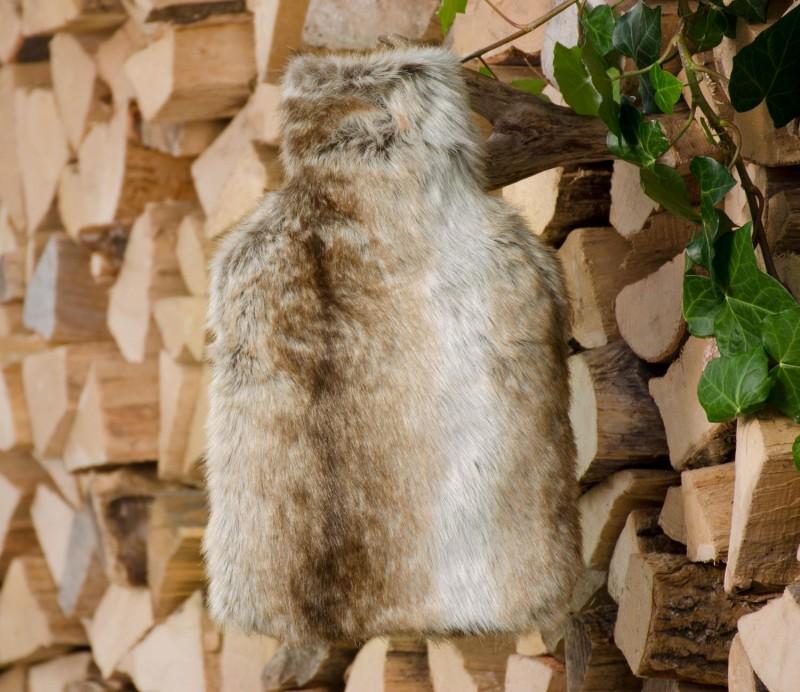 Wärmflaschenhülle aus Fell (Fellimitat) Wolf hell gestreift mit Naturgummi Wärmflasche