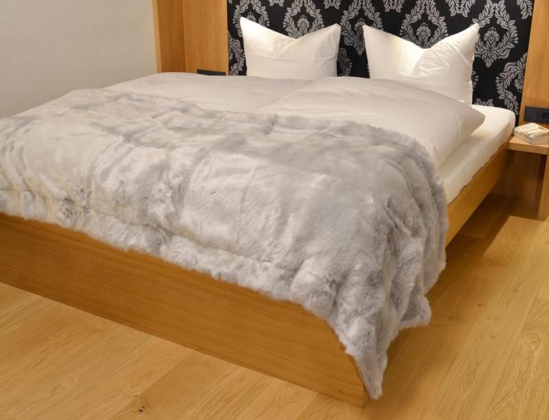 Fellbettschal (Fellimitat) Bettschal Polarwolf 80x260cm - Premium superfein